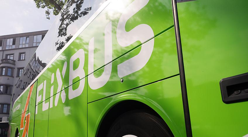 Buss och 25 fordon i krasch i storbritannien